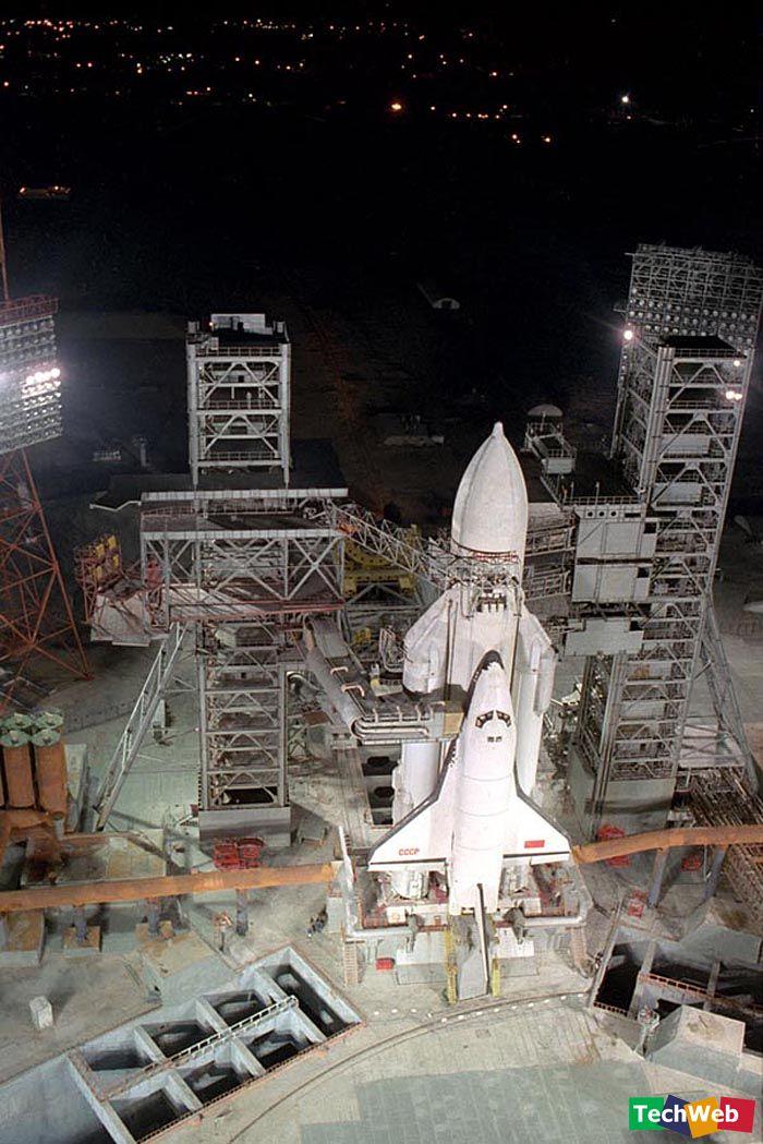 计划出笼 早在太空时代之前,就有人讨论过建造可重复使用的飞机形航天器了。如俄国的齐奥尔科夫斯基就考虑过将飞机送入大气层以外的可能性。前苏联的航天功臣科罗廖夫很早就将RP-318滑翔机安装上火箭引擎做试验。20世纪60年代,米高扬设计局设计了一种可重复使用的小型飞船螺旋(Spiral)号,它由超音速飞机发射,发射后则由自备的捆绑火箭作动力源。 70年代初,美国制定了研制航天飞机的计划,并将其列为载人航天的首要项目。美国人最初的目的是为了发展一种更经济的轨道运输工具以取代飞船和运载火箭,但前苏联当局则将这一新